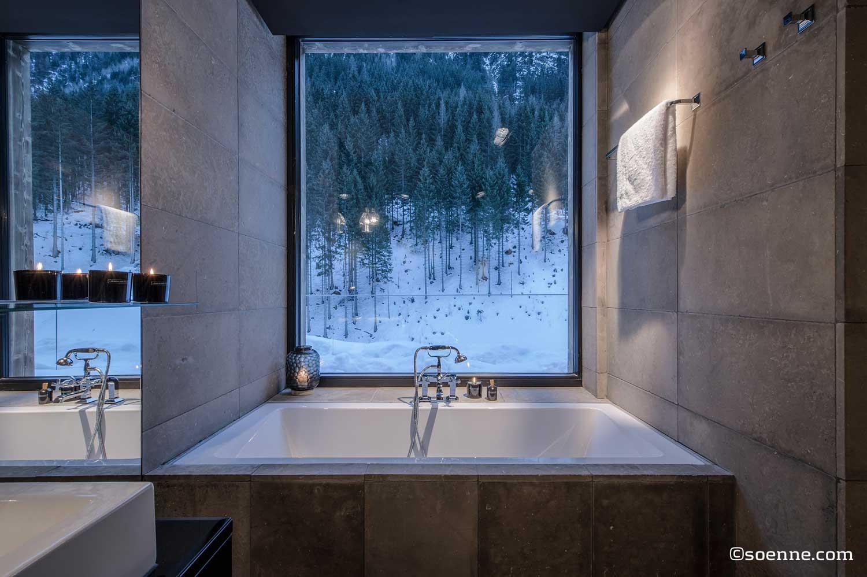 - 23-presidental-suite-bath-tube-in-front-of-window